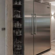 Houten_keuken_met_maatwerk_wijnkast_en_Viking_koelkast
