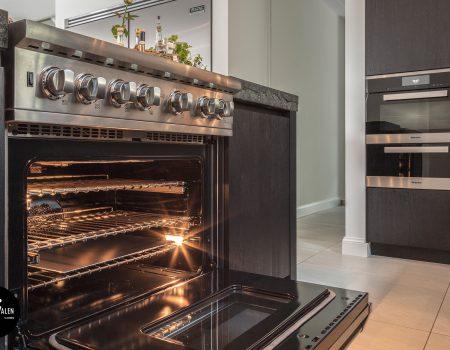 Zwarte_greeploze_keuken_met_exclusieve_viking_apparatuur_en_Miele