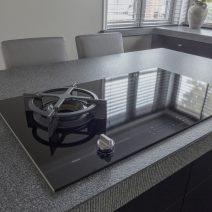 Zwarte_houten_keuken_met_ATAG_inductiekookplaat